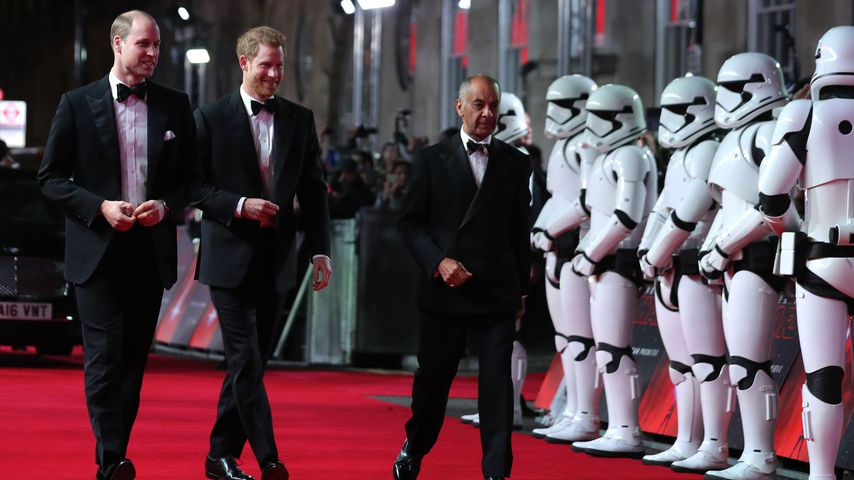 Prinz William und Prinz Harry neben Stormtroopern