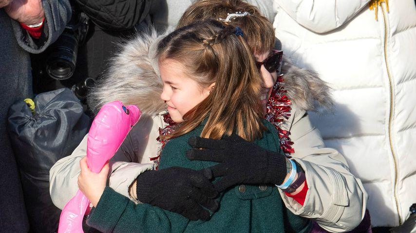 Zuckersüß! So herzlich umarmt Prinzessin Charlotte Royal-Fan