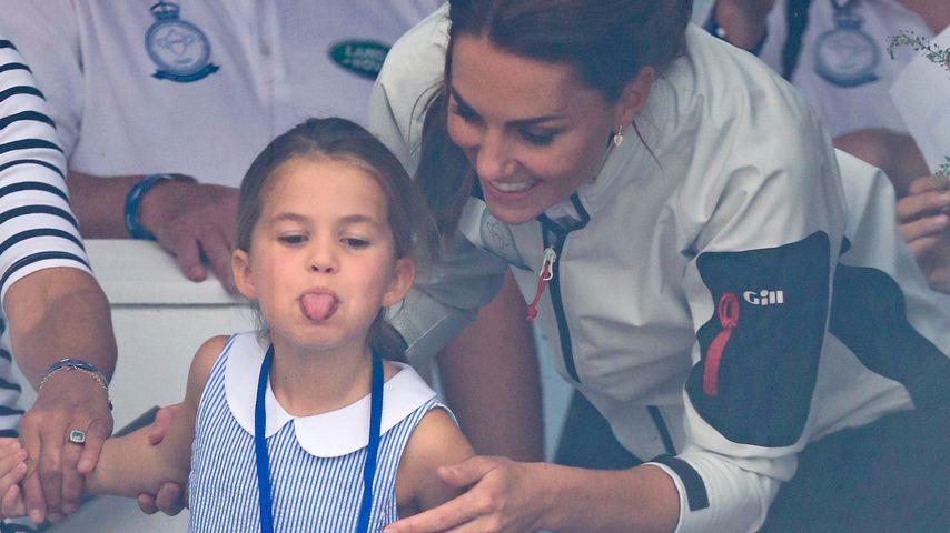 Frechdachs! Prinzessin Charlotte streckt Fans die Zunge raus