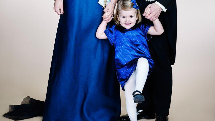 Spaßvogel! Prinzessin Estelle crasht royales Familienfoto