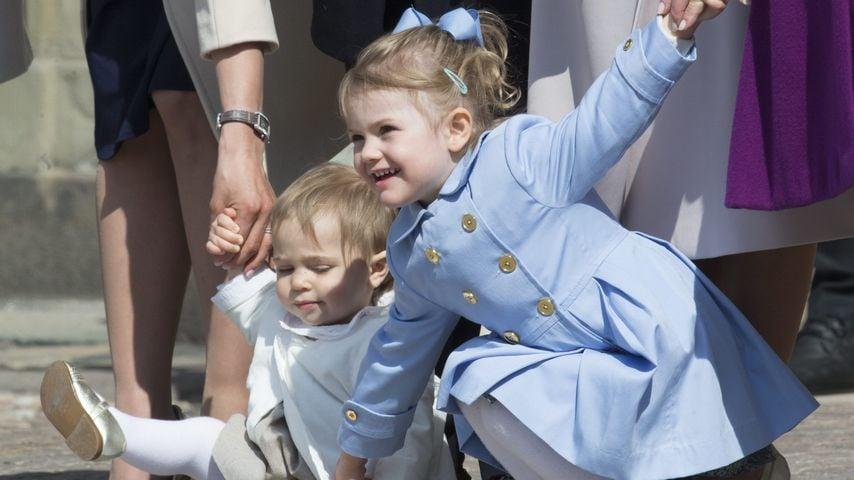 Niedlich! Prinzessin Estelle hilft gestürzter Leonore hoch