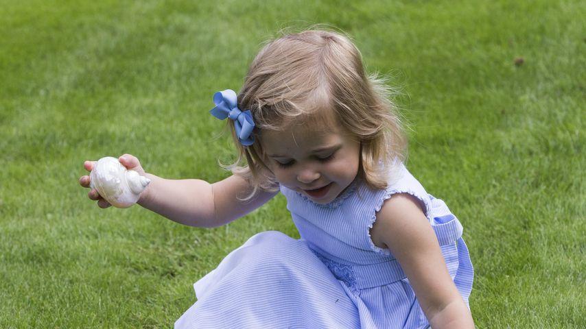 Prinzessin Leonore spielt im Garten von Schloss Solliden