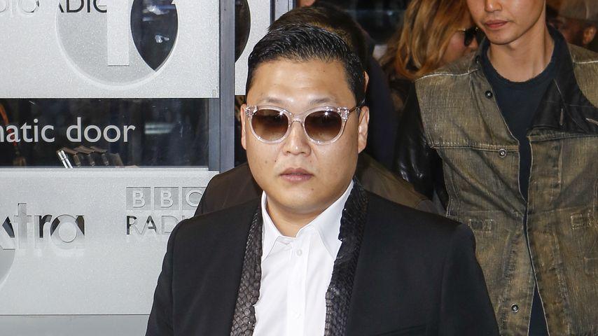 """Gangnam Style""-Star Psy: Rolls Royce crasht in Bus!"