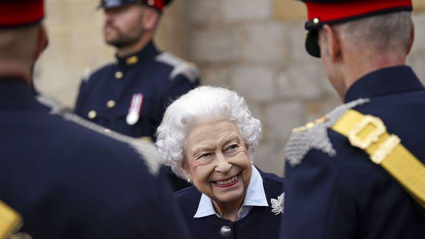 Queen Elisabeth II. lächelt einen Offizier an, Oktober 2021