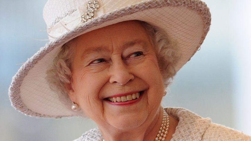 Queen Elizabeth II. im weißen Kostüm