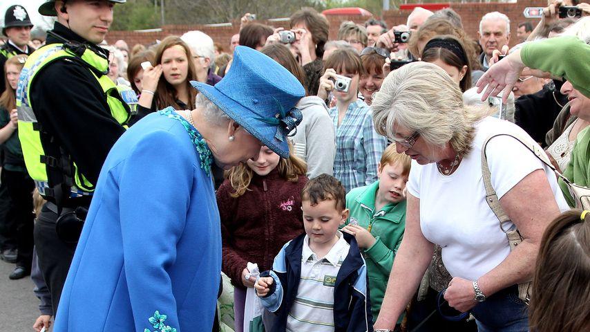 Queen Elizabeth II. mit einem Hund im April 2010