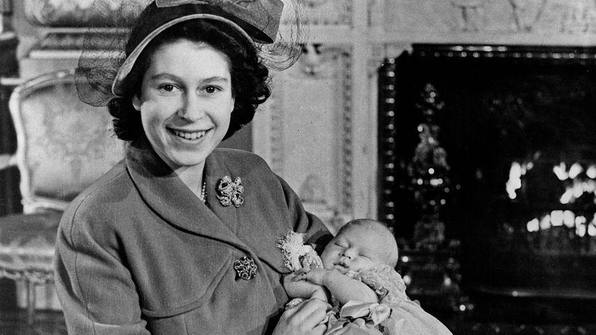 Queen Elizabeth II. mit ihrem Sohn Charles, Dezember 1948