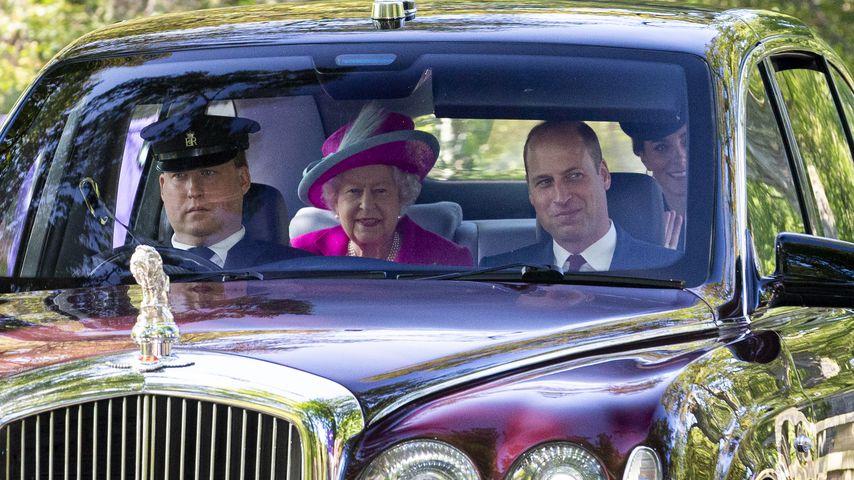 Queen Elizabeth II., Prinz William und Herzogin Kate auf dem Weg zu einem Gottesdienst in Crathie