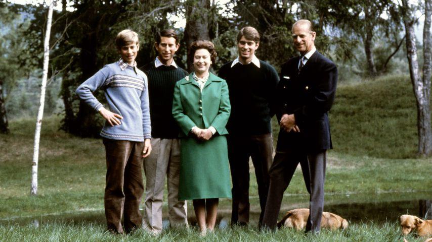 Queen Elizabeth II. und Prinz Philip mit ihren drei Söhnen im Jahr 1979