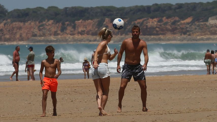 Sportlich: Rafael van der Vaart & Estavana kicken am Strand!