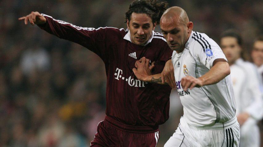 Real Madrids Raúl Bravo in einem Zweikampf mit Bayern Münchens Claudio Pizarro, 2007