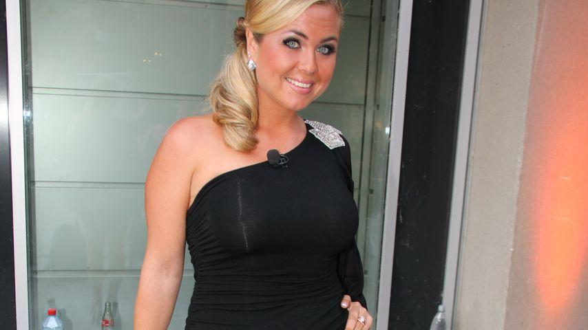 Rebecca Kratz im schwarzen Kleid