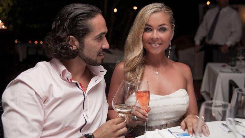 Rebecca Kratz (r.) und ihr Verlobter Julio stoßen an