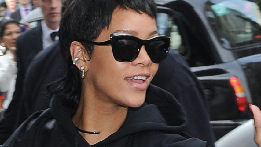Ghetto Goth! Rihanna in Leder-Latzhose