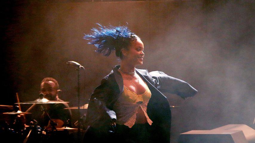 Rihanna total blau: Obenrum treibt sie es wieder bunt