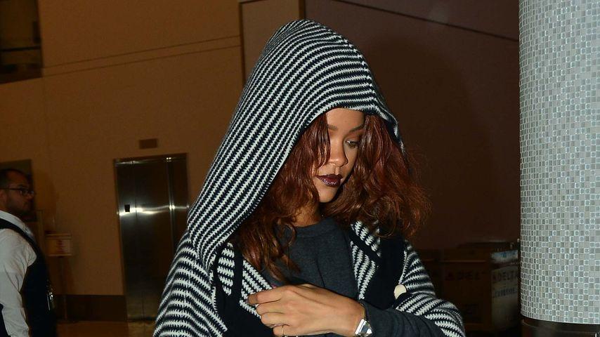 Gut getarnt: Rihanna ganz chillig im Ethno-Cape