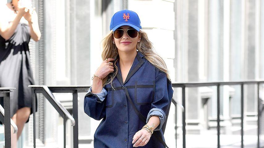 Ganz schön gewagt: Rita Ora im freizügigen Hemd-Look