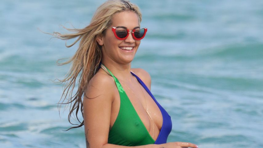 Nippel-Show im sexy Badeanzug: Rita Ora stylish am Strand