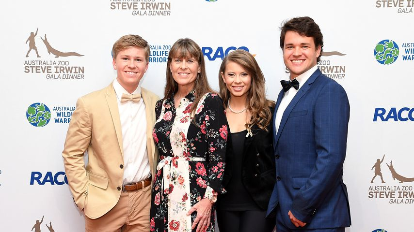 Robert, Terri und Bindi Irwin mit Chandler Powell im November 2019 in Brisbane