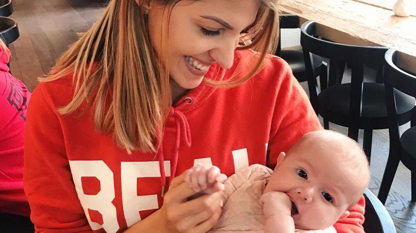 Hier kuschelt Sarah Harrison mit Anna Maria Damms Baby