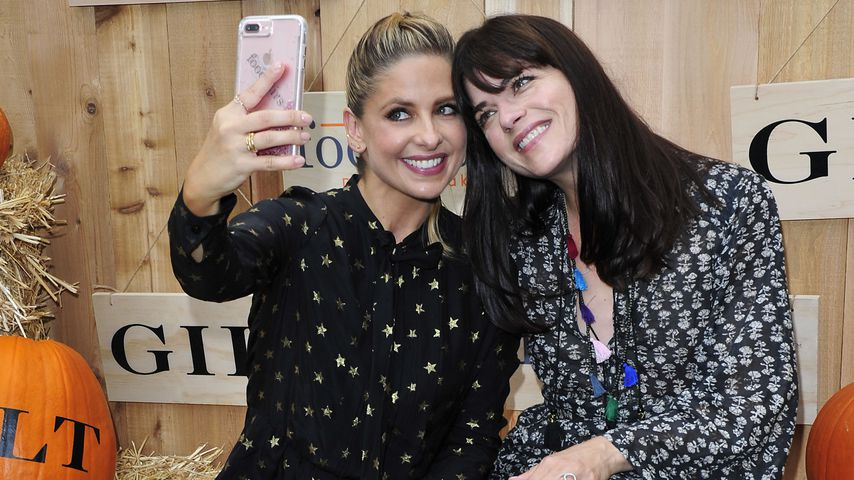 Sarah Michelle Gellar zusammen mit Selma Blair bei der Gilt & Foodstirs Halloween Party in Los Angel