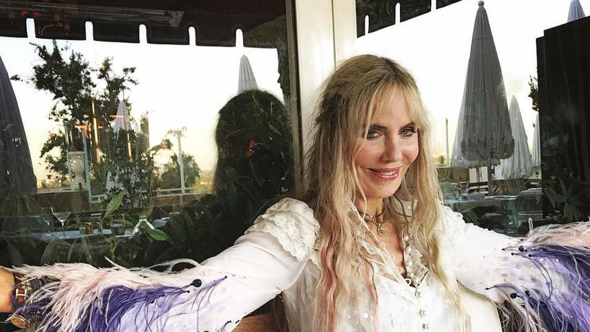 Elizabeth Kemp im Hippie-Outfit