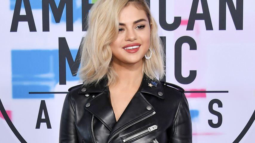 Selena Gomez mit blonden Haaren auf dem Red Carpet