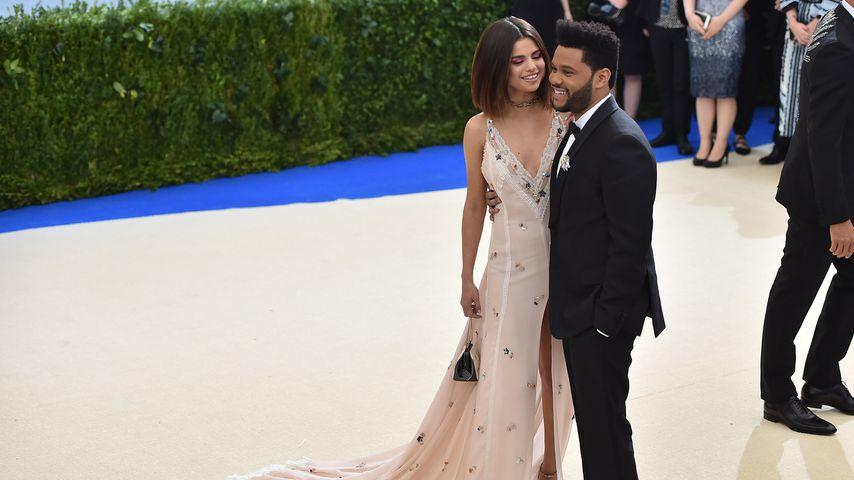 Selena Gomez und The Weeknd auf einer Gala von Comme des Garcons