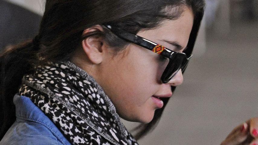 Am Flughafen: Selena Gomez ohne Make-up & müde