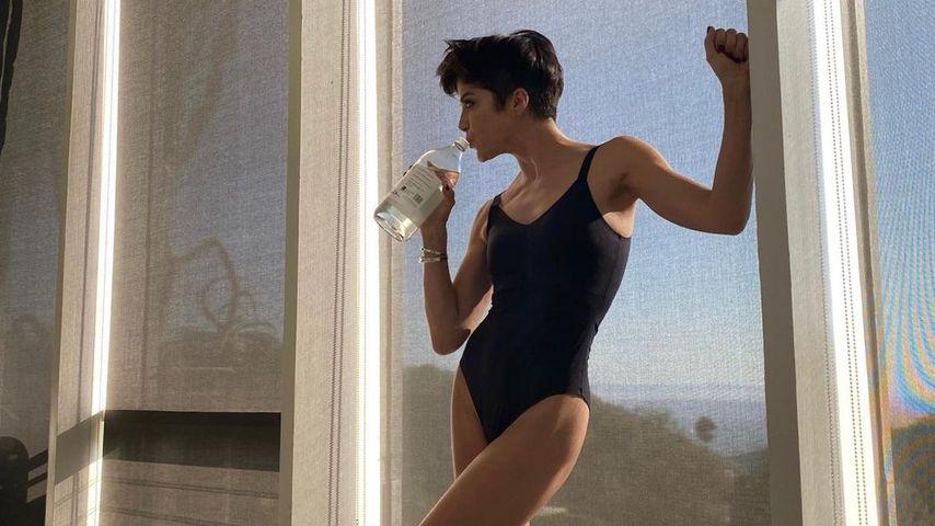 Top in Form mit 48 Jahren: Selma Blair posiert im Badeanzug