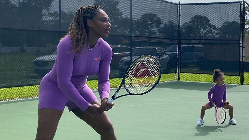 Serena Williams mit ihrer Tochter Alexis auf dem Tennisplatz