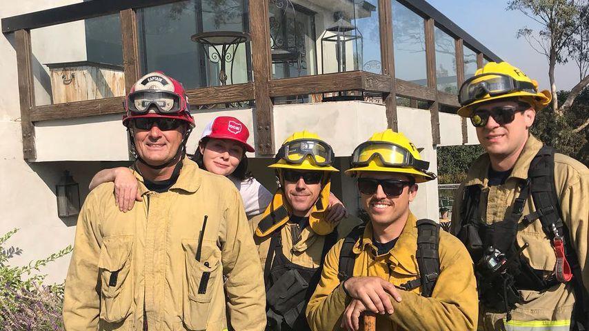 Shannen Doherty mit Feuerwehrmännern vor ihrem Haus, November 2018