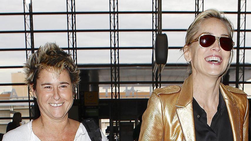 Goldrichtig: So stylish reist nur Sharon Stone