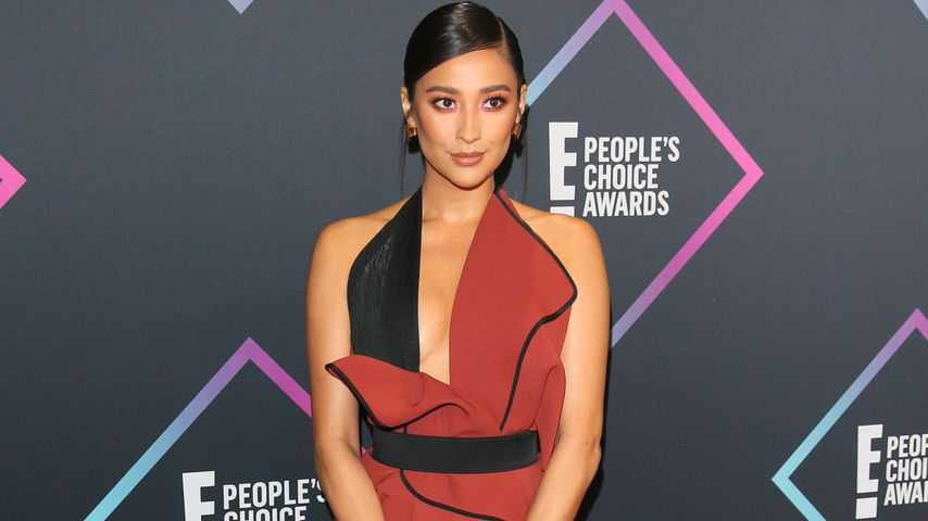 "Wegen PLL: Shay Mitchell in Bitch-Fight mit ""älterer Lady"""