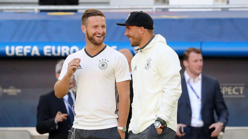 Shkodran Mustafi (l.) & Lukas Podolski vor dem Spiel Deutschland gegen Italien bei der EM 2016
