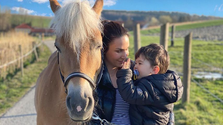 Sila Sahin mit ihrem Sohn in Ried im März 2020