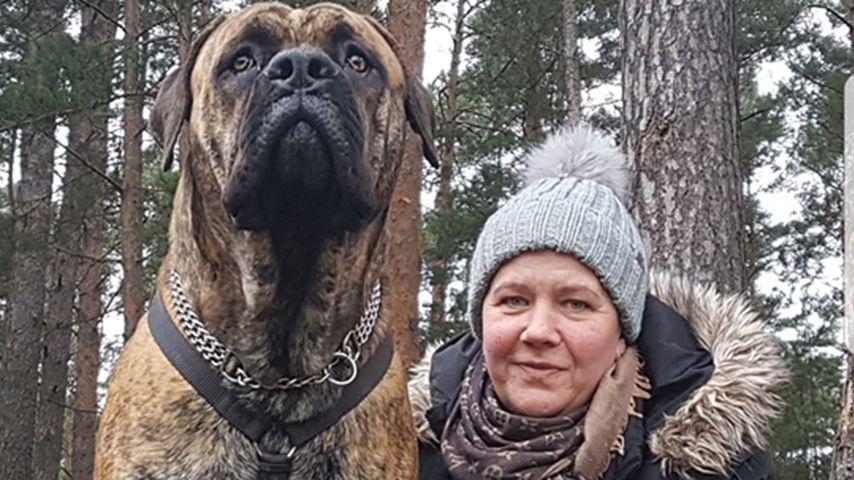 """Simone Vetter von """"Goodbye Deutschland"""" mit ihrem neuen Hund"""