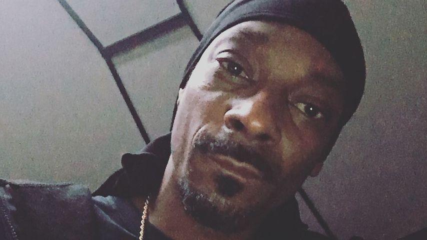 Snoop Dogg in einem schwarzen T-Shirt