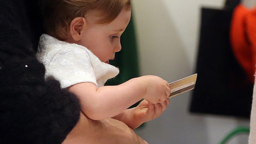 Hier zückt Sole (1) Mama Michelles Kreditkarte!
