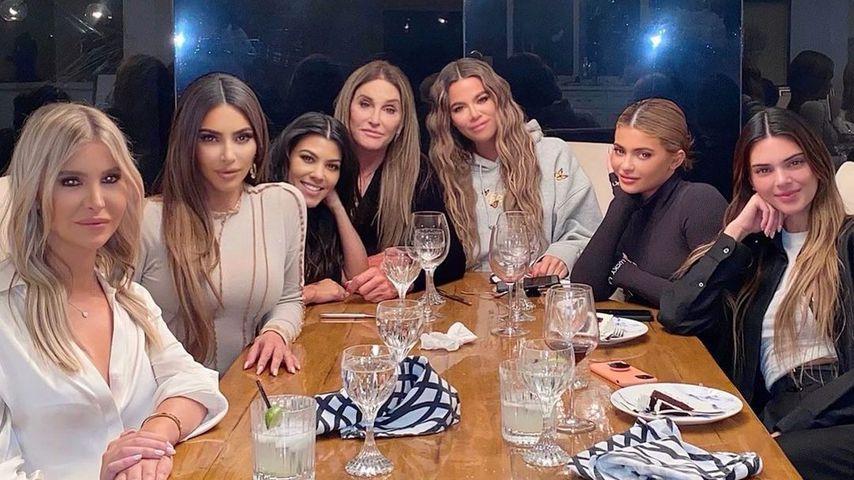 Caitlyn Jenner mit ihren Töchtern, Stieftöchtern und Freundin Sophia Hutchins