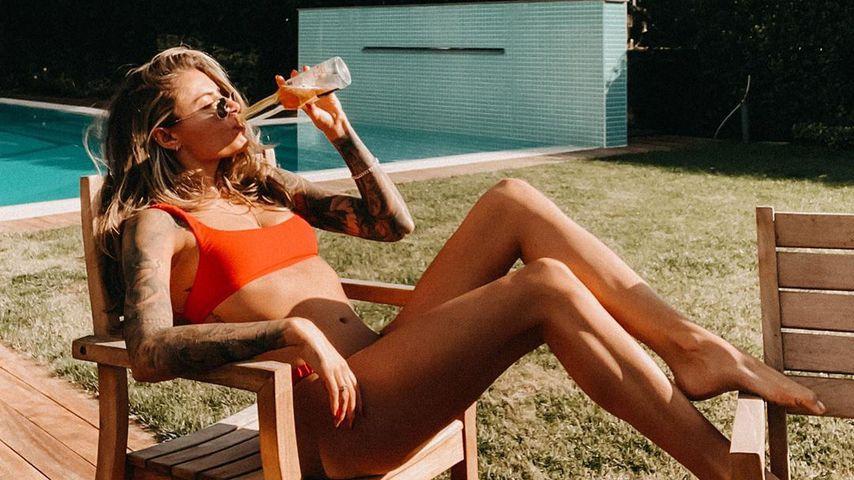 Sophia Thomalla sitzt in einem Gartenstuhl