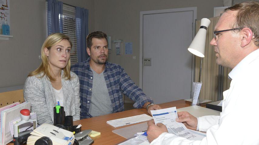 Sophie (Lea Marlen Woitack) und Leon (Daniel Fehlow) beim Frauenarzt