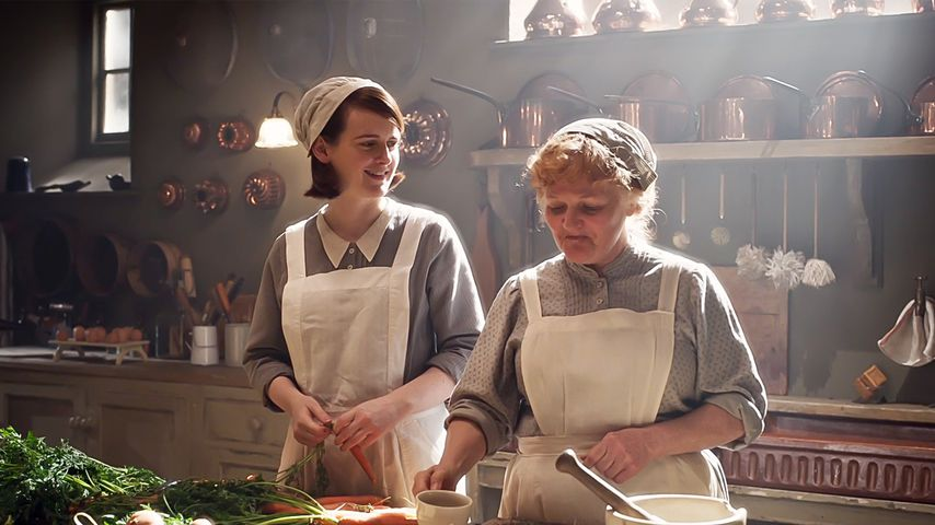 "Sophie McShera und Lesley Nicol in ""Downton Abbey"""