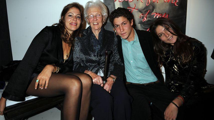 Vito Schnabel mit Schwestern Lola Schnabel und Stella Schnabel sowie Großmutter Anne de Beaurang