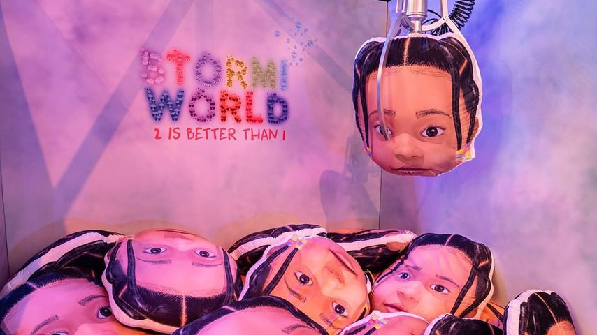 Stormi Webster Greifzangen-Automat auf ihrer 2. Geburtstagsparty im Februar 2020
