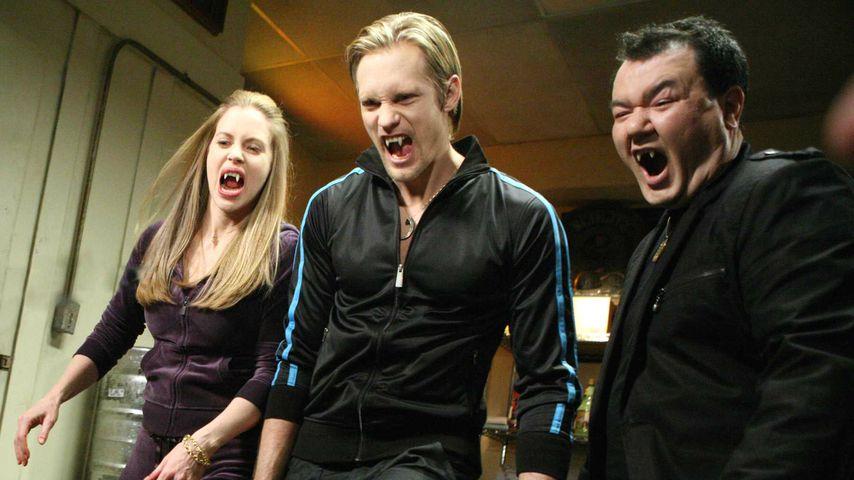 """Szene aus """"True Blood"""" mit Kristin Bauer, Alexander Skarsgard und Patrick Gallagher"""