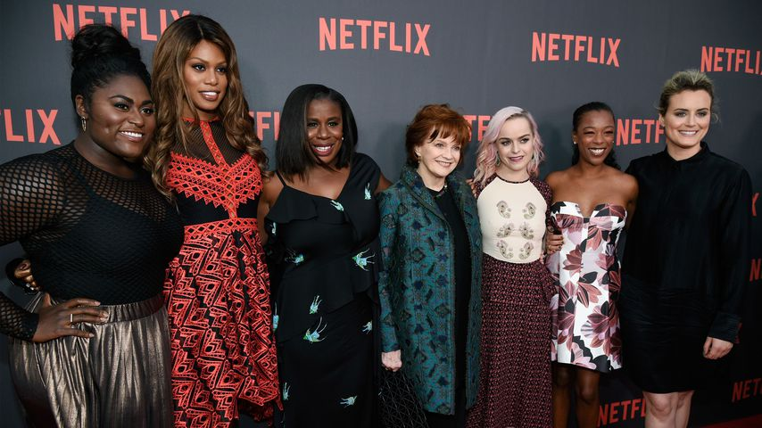 "Taryn Manning (3. v.r.) mit dem Cast von ""Orange Is the New Black"""