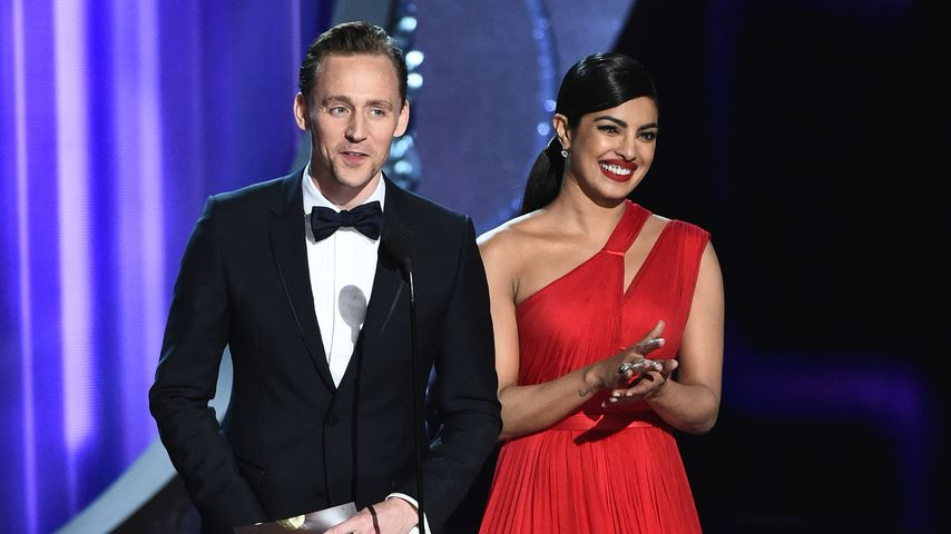Tom Hiddleston und Priyanka Chopra auf der Bühne der Emmy Awards