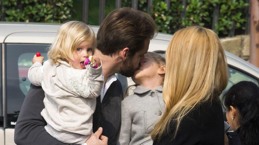 Tomaso Trussardi gibt Töchtern Sole einen Geburtstagskuss