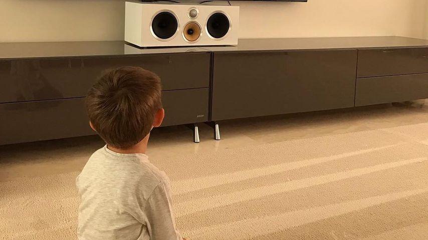 Toni Kroos' Sohn Leon vor dem Fernseher